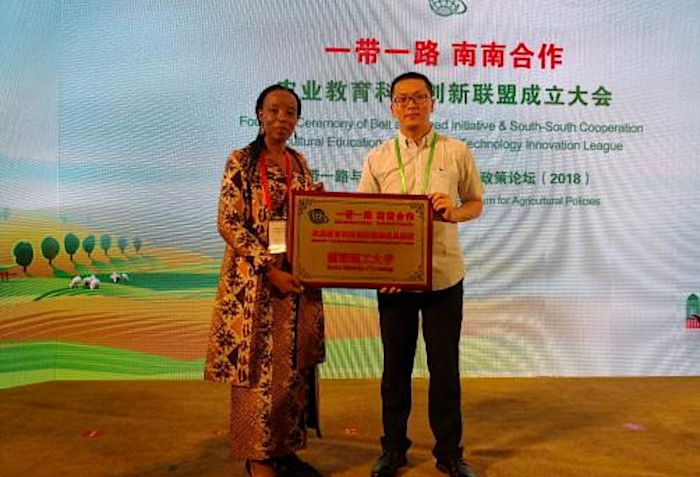 Prof S Moyo and Mr Frank Lin Wu receiving the Award League Plate